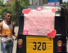 Juan Gallardo junto a su mototaxi en el que brindó viajes gratuitos a las madres. (Foto Prensa Libre: Dony Stewart).