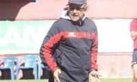 Gustavo Machaín dirige un entrenamiento de Municipal durante su etapa como entrenador del equipo mayor de los rojos. (Foto Prensa Libre: Jorge Ovalle)