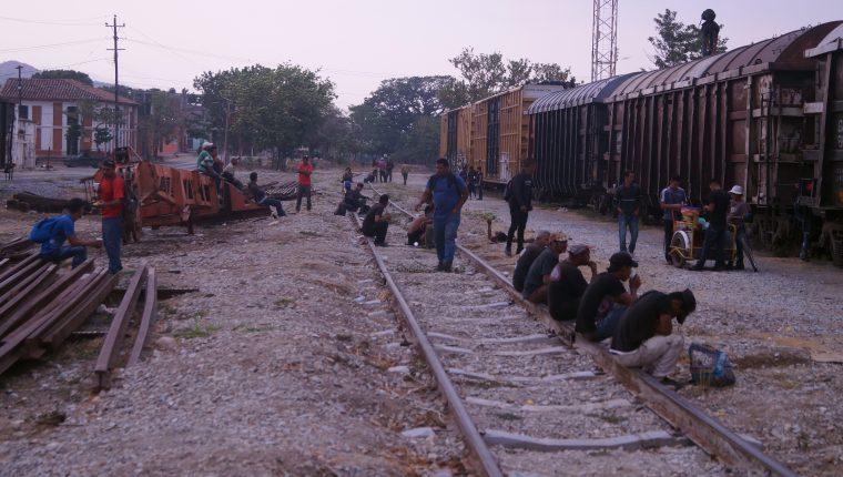 Migrantes centroamericanos descansan sobre vías de tren, el 3 de mayo de 2019, en su travesía por territorio mexicano para lograr el objetivo de llegar a la frontera con Estado Unidos, en Arriaga (México). (Foto Prensa Libre: EFE)