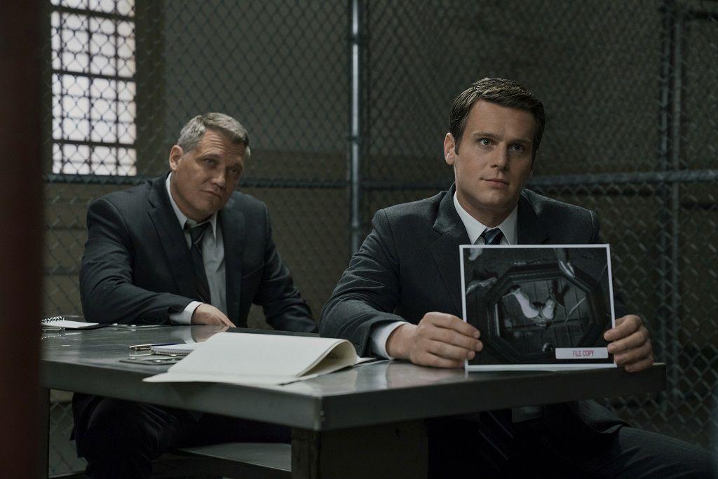 Mindhunter, una serie de Netflix que trata sobre dos agentes del FBI que buscan desarrollar la ciencia criminal mientras analizan la psicología de atroces asesinatos mediante encuentros peligrosamente cercanos con los homicidas es una de las propuestas más populares de este tipo.  (Foto Prensa Libre: Netflix)
