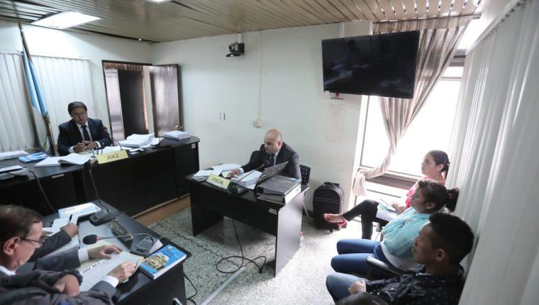 En el Juzgado Octavo Penal, a cargo de Josué Alvarado, se discutió la apertura a debate a Mirna Elizabeth Juárez Argueta, alias la Rancherita y Édgar Danilo Xiloj Rivera. (Foto Prensa Libre: Juan Diego González)