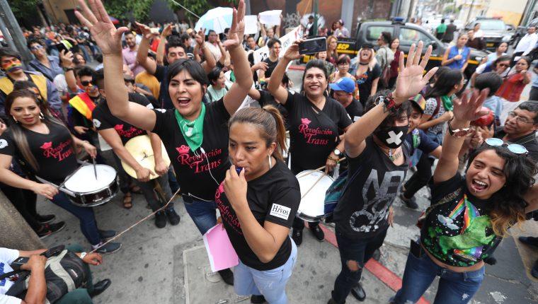 Ciudadanos protestaron frente al Congreso en contra de la iniciativa 5272. (Foto Prensa Libre: Esbin García)