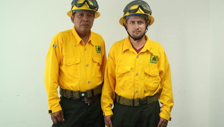 Los bomberos forestales José Manuel Tesucún y Erik Girón están asignados para combatir incendios forestales en Petén. (Foto Prensa Libre: Esbin García).