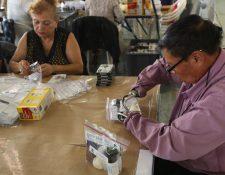 Personas con capacidades diferentes embolsan la tinta indeleble para marcar el dedo de los votantes. Fotografía Esbin Garcia