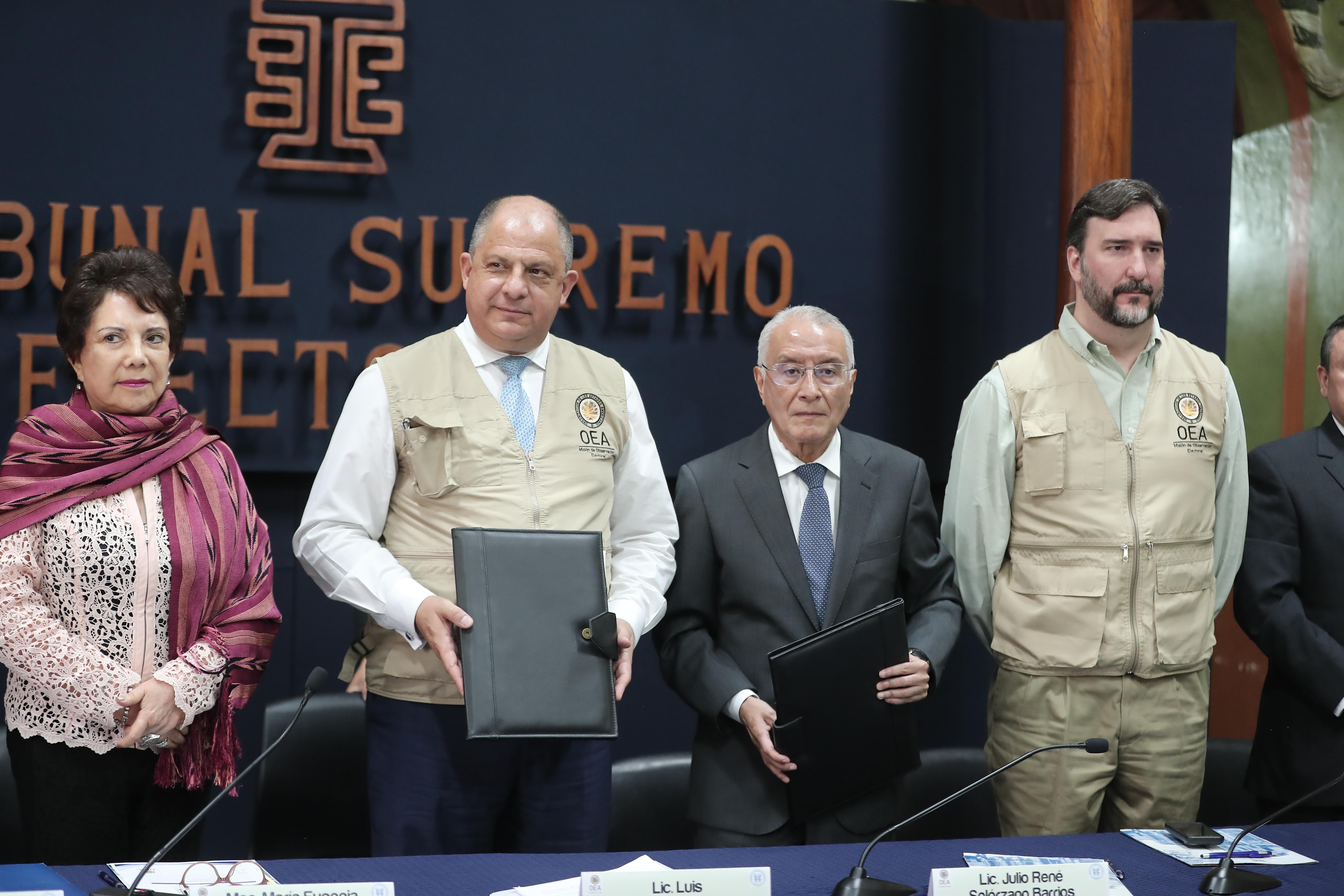 La firma del convenio entre el TSE y la OEA para la instalación de la Misión de Observación Electoral. (Foto Prensa Libre: Juan Diego González)