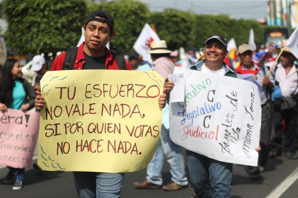 Con carteles demuestran sus descontento con las autoridades.