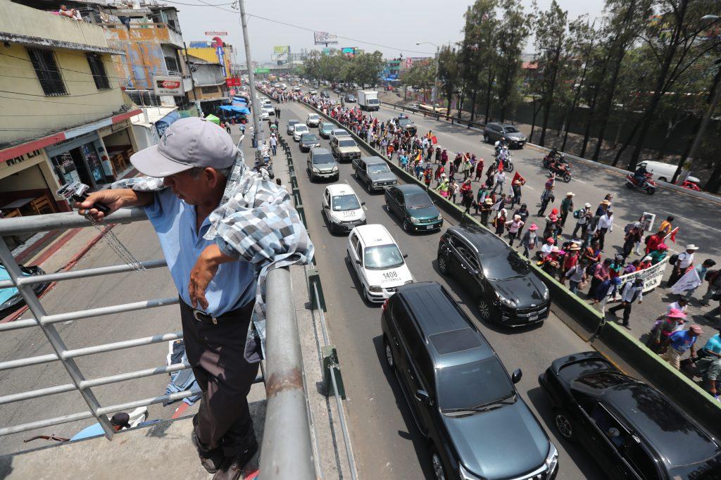 El tránsito vehicular se volvió denso al pasar la marcha por el trébol en la zona 11.