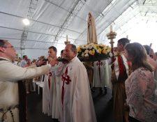 Ingreso de la Virgen de Fatima a lugar donde se realiza misa por los Heraldos del Evangelio Guatemala debido a la construcción de su iglesia en San José Pinula. (Foto Prensa Libre: Érick Ávila)