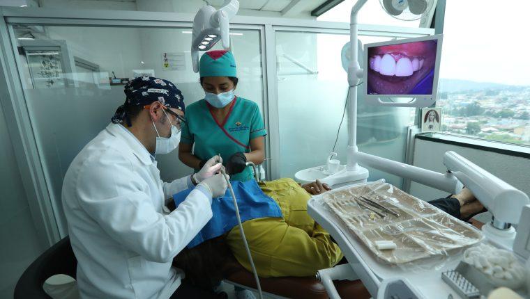 Médicos especialistas del Centro Dental Kyrios atienden a pacientes de diferentes países. (Foto Prensa Libre: Esbin García)
