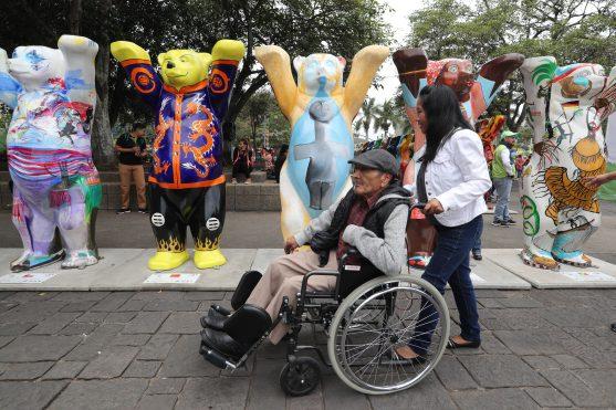 Personas de la tercera edad también visitaron la exposición. Foto Prensa Libre: Óscar Rivas