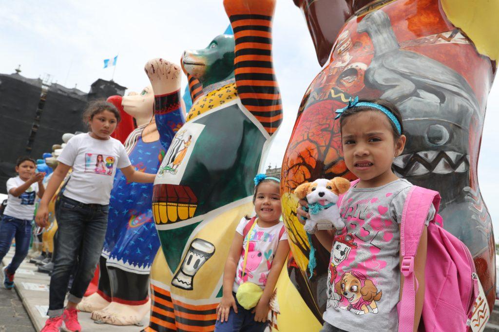 Los niños buscan a los más coloridos para poder tomarse una foto con ellos. Foto Prensa Libre: Óscar Rivas