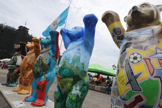 Cada oso representa a un país en específico y refleja parte de la identidad de las personas. Foto Prensa Libre: Óscar Rivas