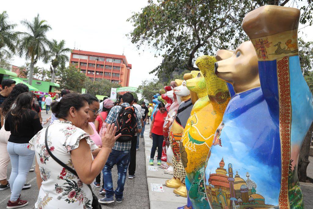 Las personas pueden visitar la exposición todos los días en la Plaza de la Constitución. Foto Prensa Libre: Óscar Rivas
