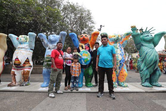 La familia Xol viajó desde Petén para poder ver a los osos este día. Foto Prensa Libre: Óscar Rivas