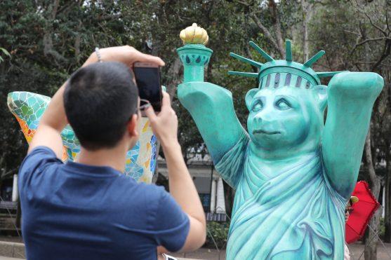Uno de los osos que llama más la atención de las personas es el que representa a Estados Unidos y muestra partes de la Estatua de la Libertad. Foto Prensa Libre: Óscar Rivas