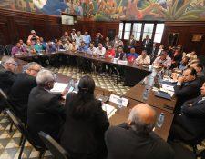 Los supuestos militares se reúnen con diputados para exigir que se les otorgue un resarcimiento por los servicios prestados al Ejército. (Foto Prensa Libre: Erick Ávila)