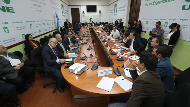 Autoridades de la Superintendencia de Bancos, presentaron opinión técnica este miércoles sobre iniciativa de ley de Tarjetas de Crédito, que debate la Comisión de Economía del Congreso. (Foto Prensa Libre: Érick Ávila)