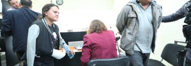 María Cristina Garzaro Hernández, con el brazo fracturado, en la audiencia junto con el chofer de autobús, Sergio Waldemar Gómez Gómez. Ambos fueron procesados por la muerte de Katerin Michelle Rodas. (Foto Prensa Libre: Esbin García)