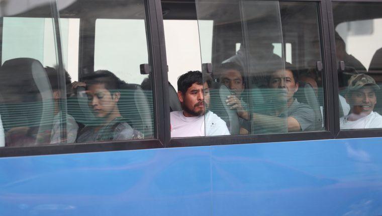Un grupo de deportados, en  un bus que el Gobierno facilita para trasladarlos a la terminal de buses a occidente. (Foto Prensa Libre: Hemeroteca PL)