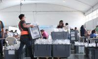 El Tribunal Supremo Electoral prepara los kits que serán enviados a los 340 municipios. (Foto Prensa Libre: Hemeroteca PL)