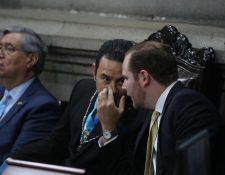Morales y Arzú Escobar conversan durante la sesión solemne que tuvo lugar en el Congreso de la República. (Foto Prensa Libre. Érick Ávila)