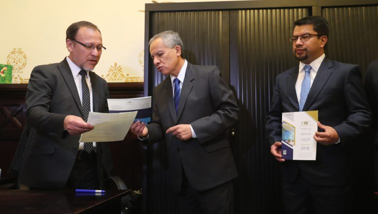Gerardo López, director general del Congreso recibe el informe de auditoría 2018  entregado por el sub contralor de probidad Fernando Fernández. (Foto Prensa Libre: Érick Ávila)