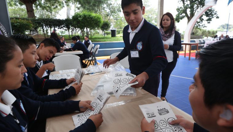 Niños con discapacidad visual y auditiva de los centros educativos del Benemérito Comité Pro Ciegos y Sordos de Guatemala participaron en un simulacro de Elecciones Infantiles. (Foto Prensa Libre: Raúl Juárez)