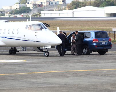 Waldemar Lorenzana LIma, alias el Patriarca, es llevado al avión en el que va a ser extraditado a EE. UU., que lo señala de narcotráfico. (Foto Prensa Libre: HemerotecaPL)