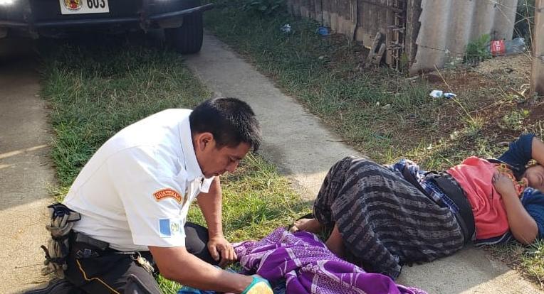 Bombero atiende parto en el km 54 de la ruta Interamericana. (Foto Prensa Libre: Cortesía Bomberos Voluntarios de la 21 Compañía).
