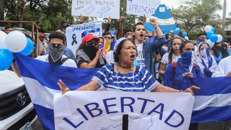 La oposición de Nicaragua se movilizó el domingo para aumentar la presión sobre el gobierno del presidente Daniel Ortega para que libere a los prisioneros según lo acordado en las conversaciones de paz entre las dos partes. (Foto Prensa Libre: AFP)
