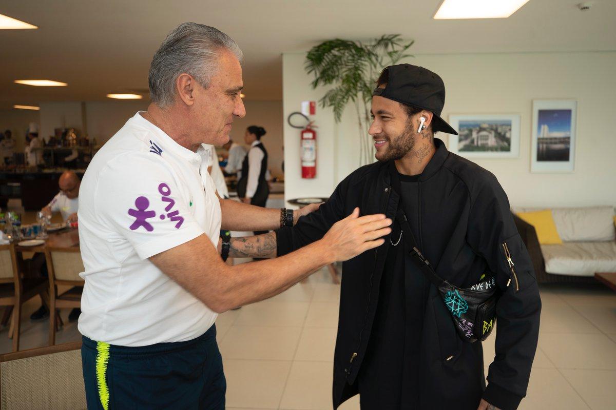 Neymar es recibido por el técnico Tite, con quien tendrá una larga conversación. (Foto Prensa Libre: Confederación de Brasil)