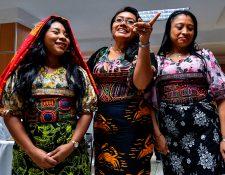 Mujeres del pueblo guna visten el arte textil mola durante una conferencia de prensa donde dirigentes expusieron el reclamo a Nike. (Foto Prensa Libre: AFP)