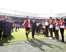 Robin van Persie (C izquierda) se despidió del futbol profesional. (Foto Prensa Libre: EFE)
