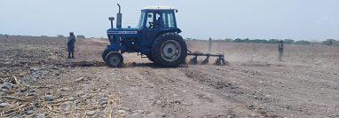 Integrantes de El Ejercito destruyen pista clandestina en Mazatenango. (Foto Prensa Libre: Cortesía).
