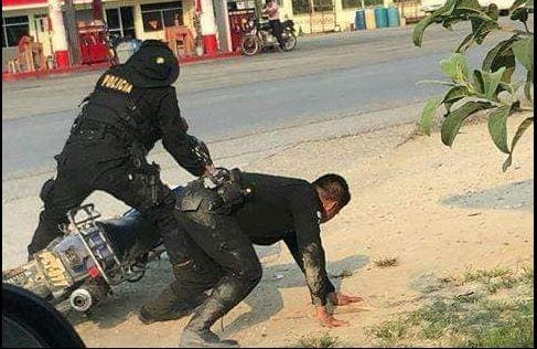 Vecinos de Poptún, Petén, fotografiaron a dos agentes de la PNC que se conducían en una motocicleta cuando estaban en aparente estado de ebriedad. (Foto Prensa Libre: Cortesía)