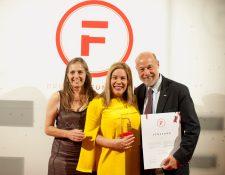 Cecilia Dougherty, Presidente de la Fundación Carlos F. Novella, e Ilyanova Dávila, gerente de Comunicación Cementos Progreso, reciben el premio de   Italo Pizzolante, consultor de la agencia Pizzolante. Foto Cortesía
