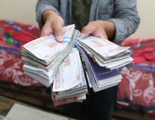 Voluntarios podrán ayudar a fabricar y contar los supuestos billetes para la exposición. (Foto Prensa Libre: María Longo)