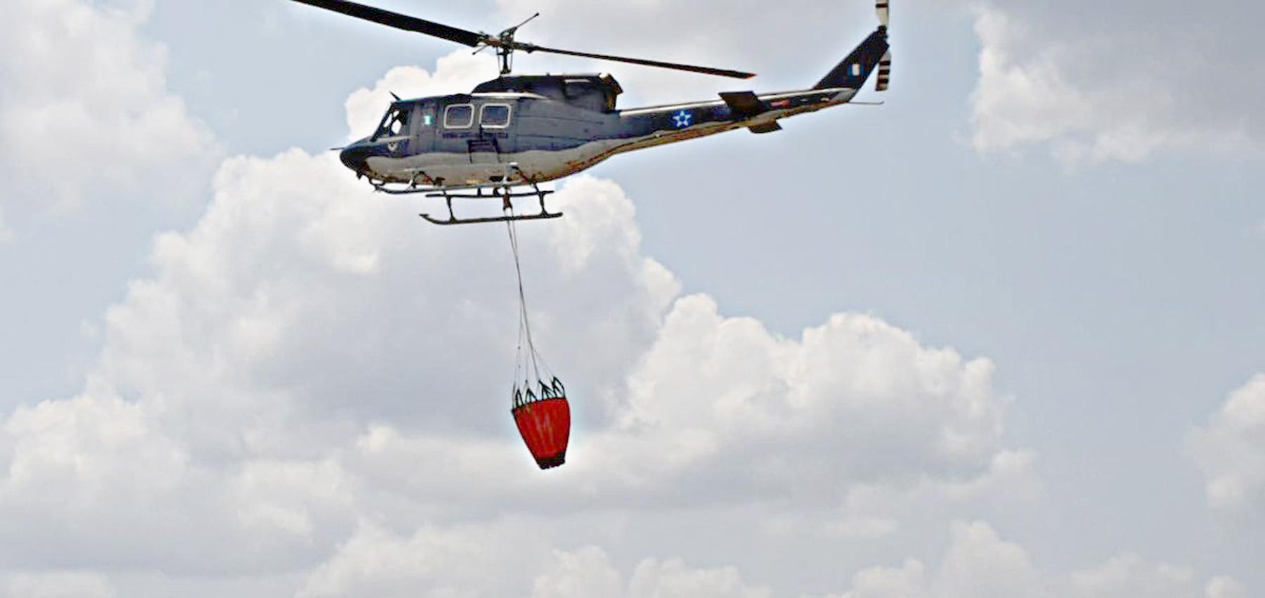 El Helicóptero Bell 212 cuenta con el sistema bambi bucket, con una capacidad de 400 galones de agua. (Foto Prensa Libre: Dony Stewart)