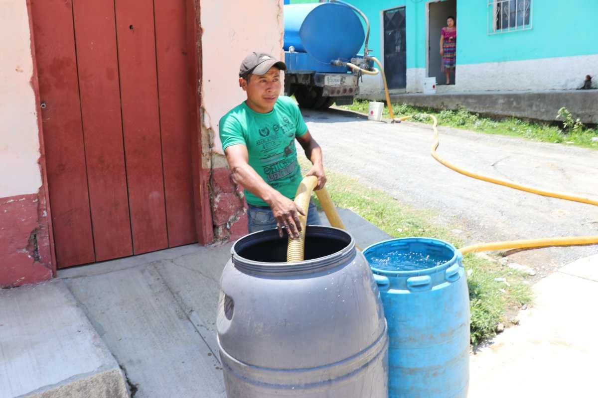 Cisternas no se dan abasto en Uspantán, donde no hay agua desde hace un mes