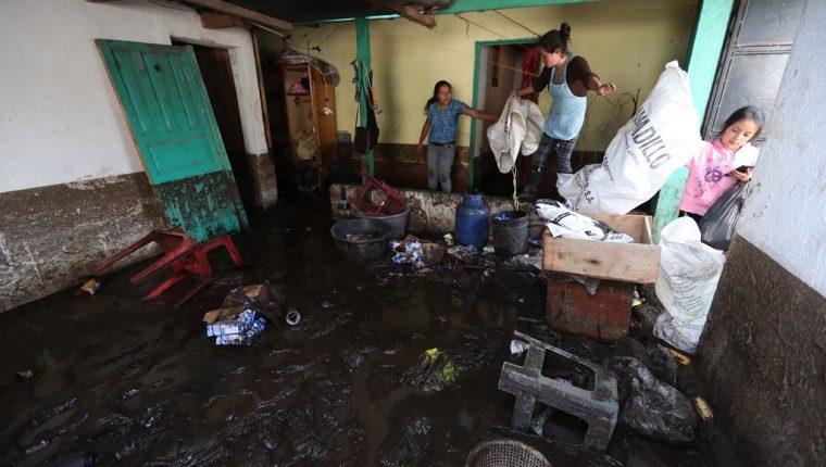 Familiares de Vilma López rescatan algunas pertenencias de la damnificada. (Foto Prensa Libre: Mynor Toc)