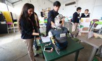 Los jóvenes inventores de diferentes centros educativos expusieron sus proyectos y admiraron los de sus compañeros. (Foto Prensa Libre: María Longo)