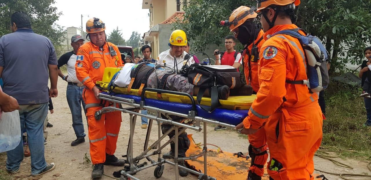 Socorristas trasladan al niño al Hospital Regional de Quiché para ser evaluado. (Foto Prensa Libre: Héctor Cordero).