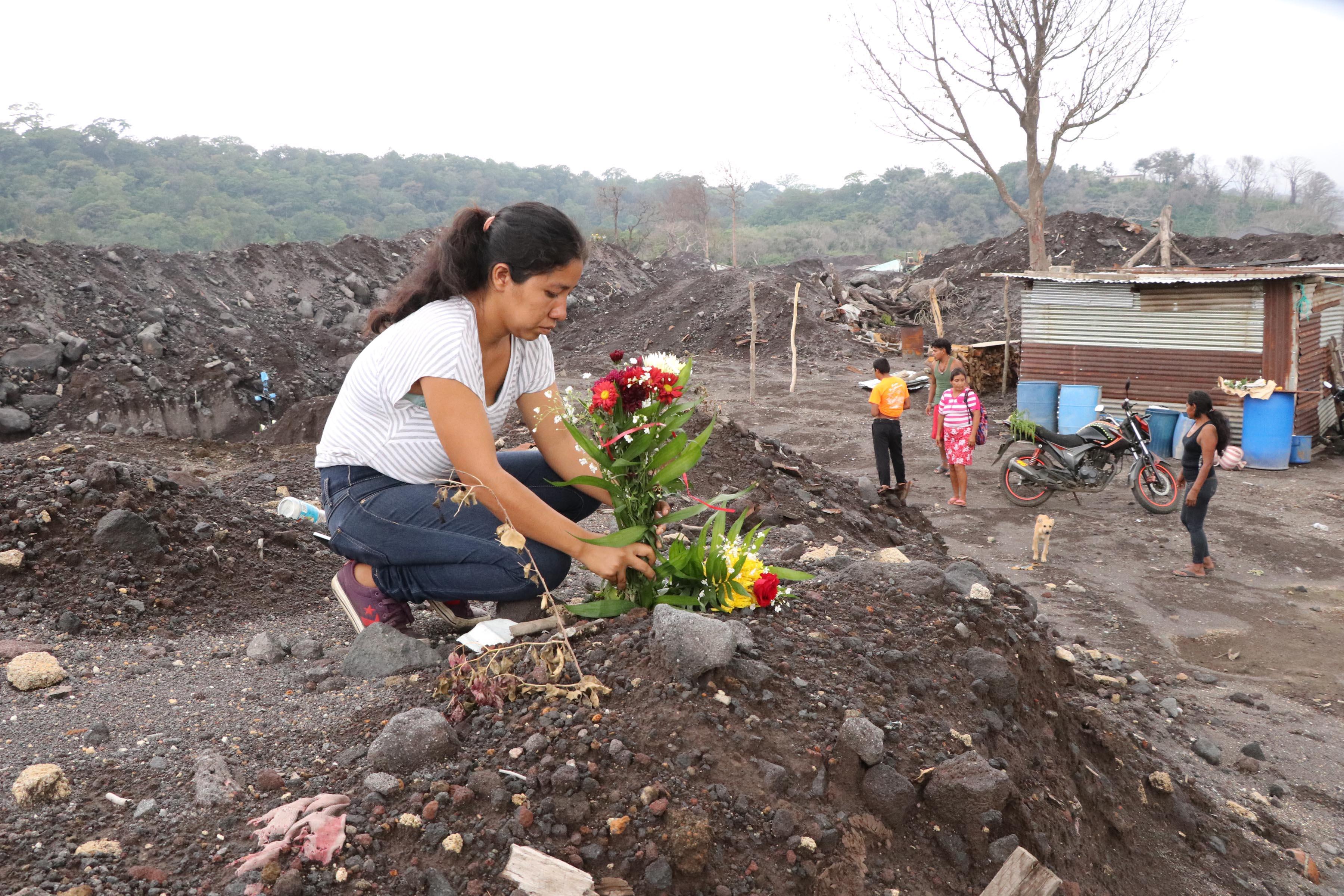 Lesbia López colocó flores donde antes era la casa de su mamá. (Foto Prensa Libre: Carlos Paredes)
