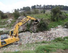 Maquinaría sacó los desechos acumulados en el río Xequijel, ahora los voluntarios necesitan ayuda para clasificarlos.  (Foto Prensa Libre: María Longo)