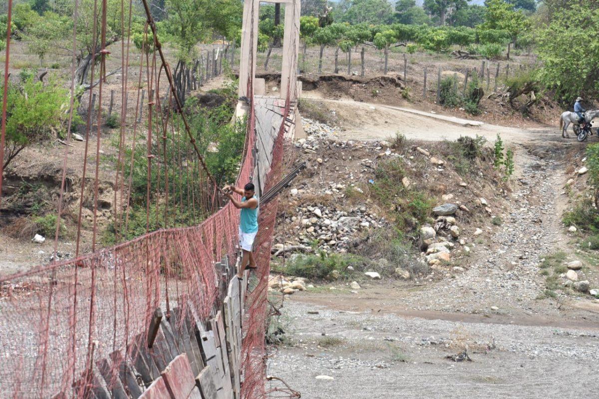 La arriesgada forma en la que vecinos cruzan un puente que está a punto de caer en Zacapa