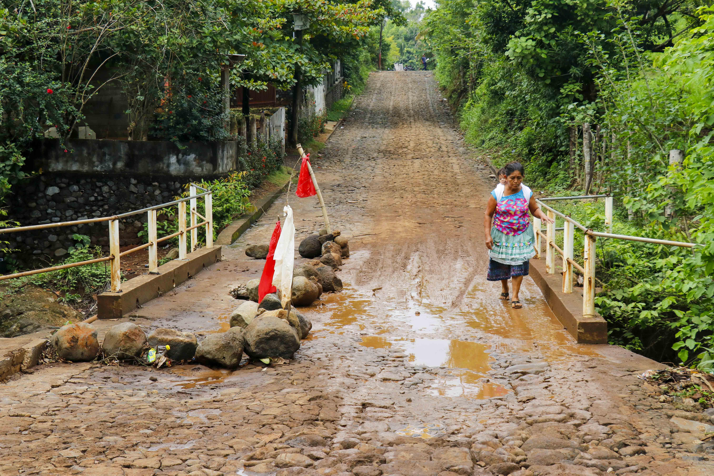 Algunos pobladores  caminan cinco kilómetros porque los pilotos de mototaxis aumentaron, al doble, el precio del pasaje. (Foto Prensa Libre: Rolando Miranda)