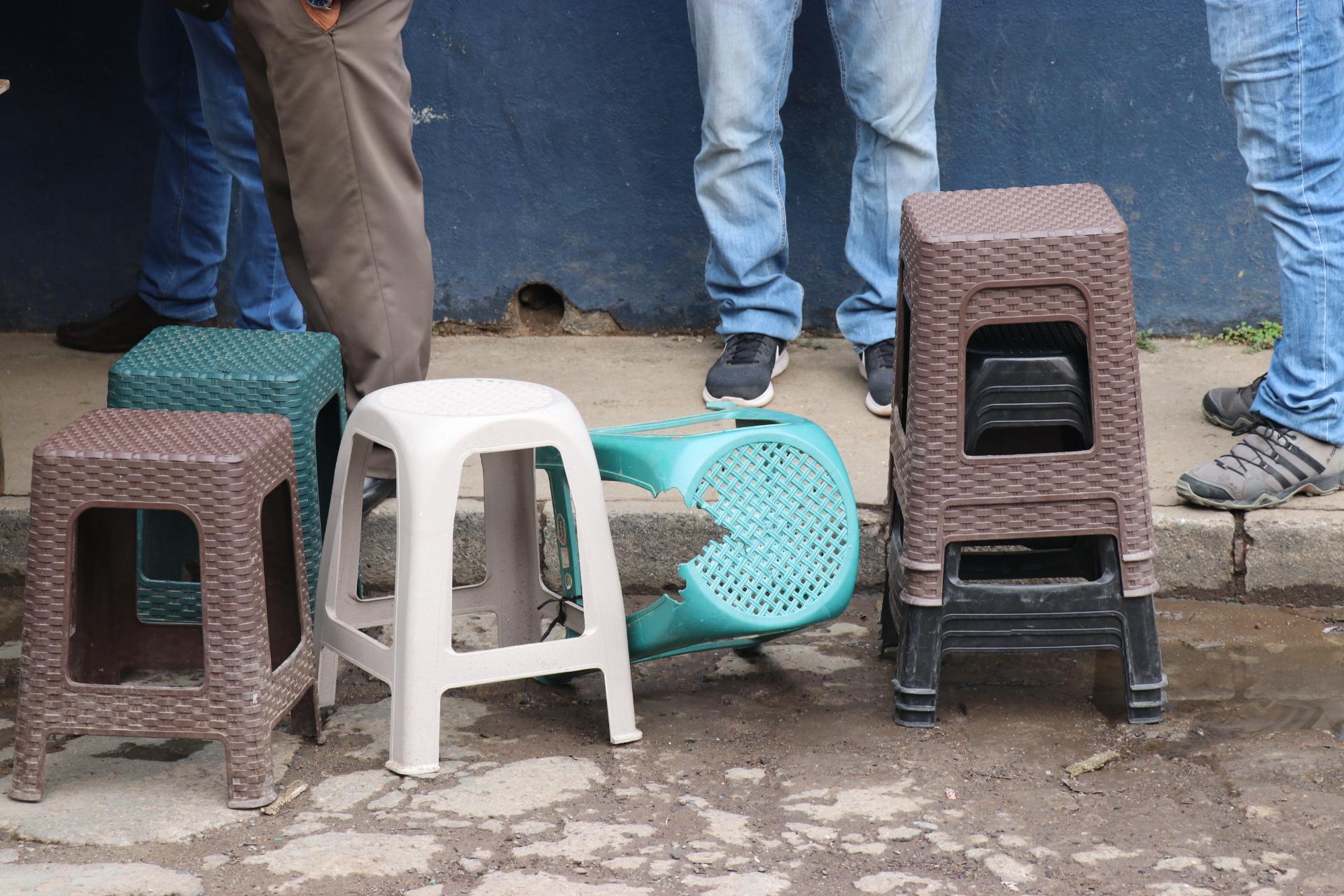 Retiran bancos que eran utilizados para apartar lugar frente a la SAT de Quiché y cobrarle a los usuarios por el espacio. (Foto Prensa Libre: Héctor Cordero).