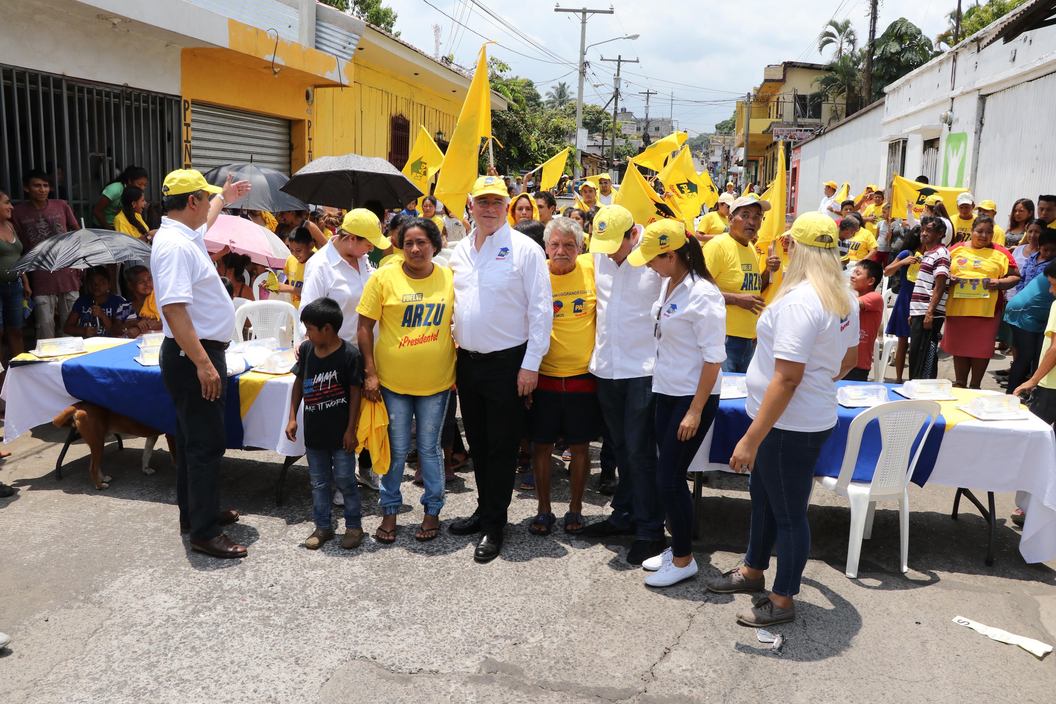 Los asistentes esperaron hasta lo último del mitin para participar en rifas. (Foto Prensa Libre: Carlos Paredes)