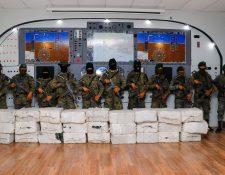 Ejército resguarda las 27 tulas encontradas en Champerico. (Foto Prensa Libre: Rolando Miranda)