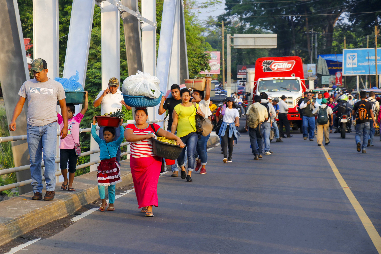 Pobladores caminaron un kilómetro para transbordar buses a causa del bloqueo de carretera en la carretera al suroccidente en Retalhuleu. (Foto Prensa Libre: Rolando Miranda)